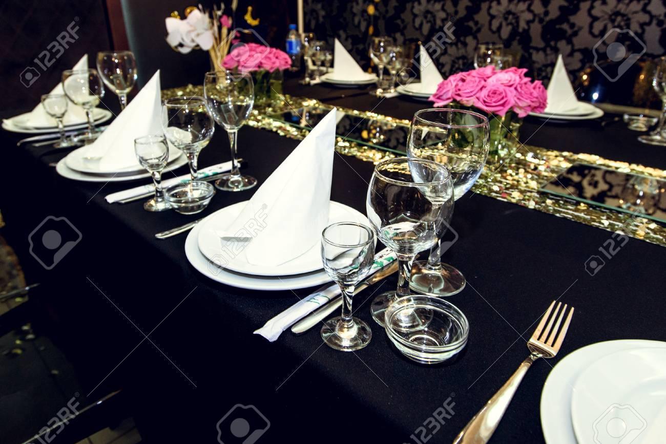Elegantes Mesas Decoradas De Lujo En La Fiesta De Cumpleaños De Oro Concepto De Celebración De Vacaciones