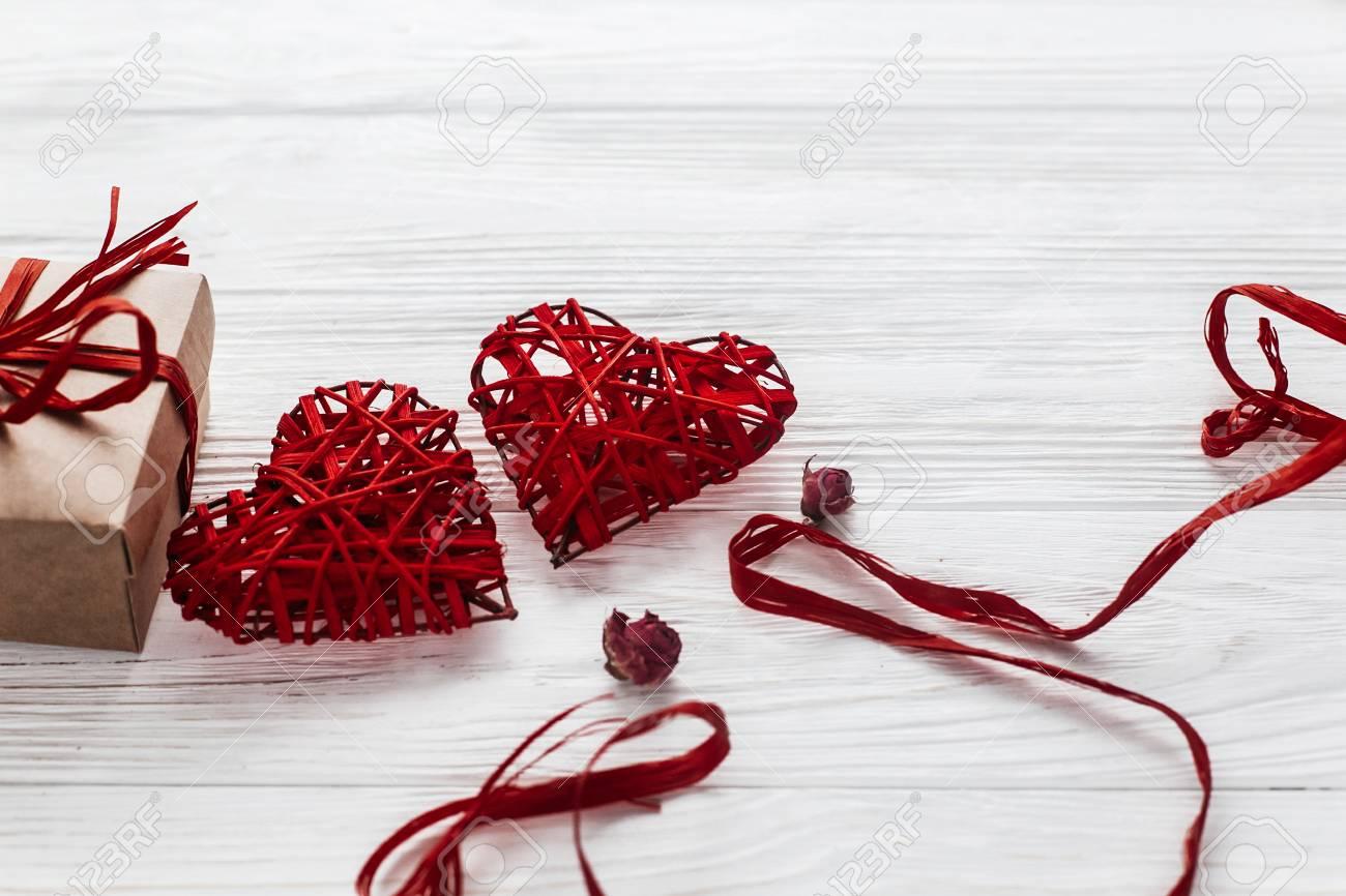 abfdfa3126bc Banque d images - Coeurs élégants et artisanat présent boîte sur un fond en  bois blanc. concept de Saint Valentin heureux. carte de voeux avec un  espace ...