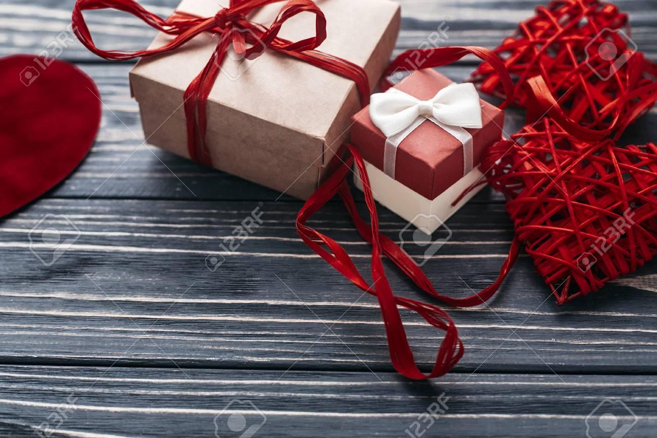 d478f2c38c73 Lgant Rouge Artisanat Présent Et Deux Rubans De Coeur Sur Fond Noir En Bois  Rustique. Valentines Heureux Concept Jour. Carte De Voeux Avec Espace Pour  Le ...