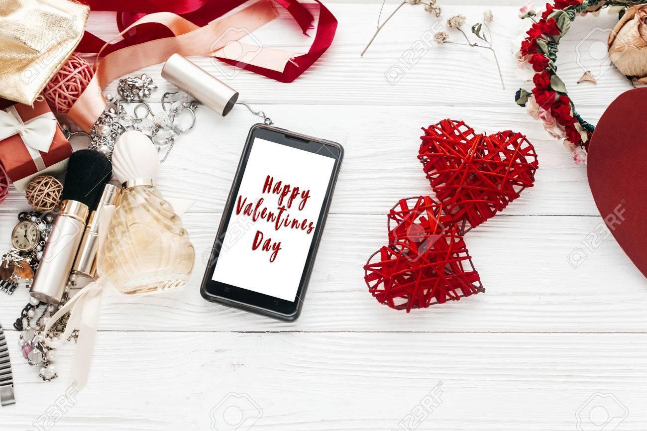 Glücklich Valentines Tag Text Zeichen Auf Smartphone Bildschirm Und ...