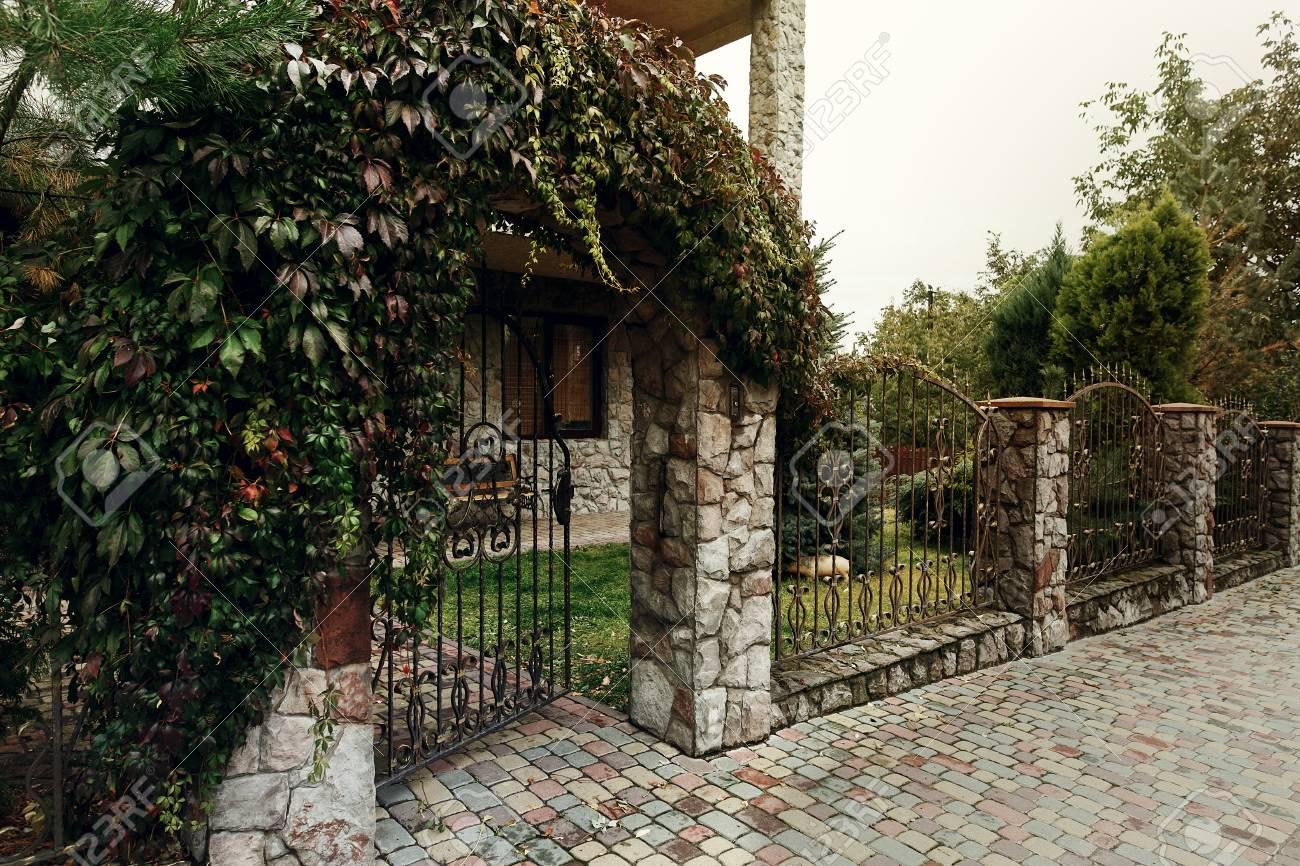 Schone Stein Tor Mit Metall Zaun In Der Nahe Von Alten