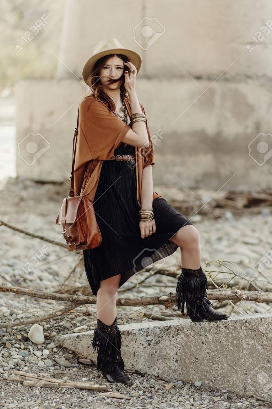 bottesfille hippie voyageur rivières avec chapeausac en près boho jeune cuirponcho posant gypsy des dans Belle élégant frange femme look et en TcK1JlF