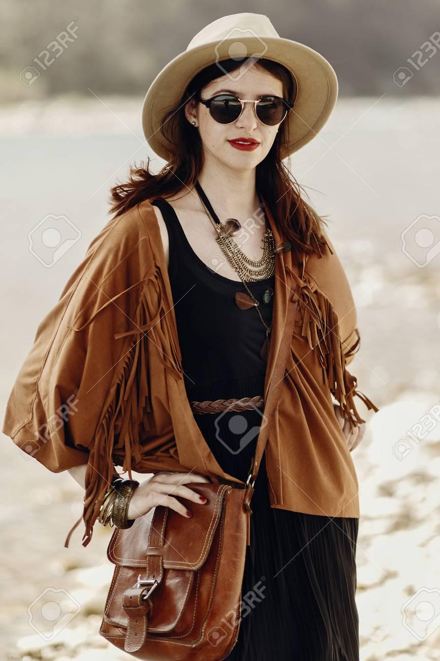 90afbd59a6 Femme Branchée Hipster Boho Dans Les Lunettes De Soleil Avec Chapeau, Sac  En Cuir, Poncho Frange Et Accessoire. Regard De La Fille Du Voyageur, ...