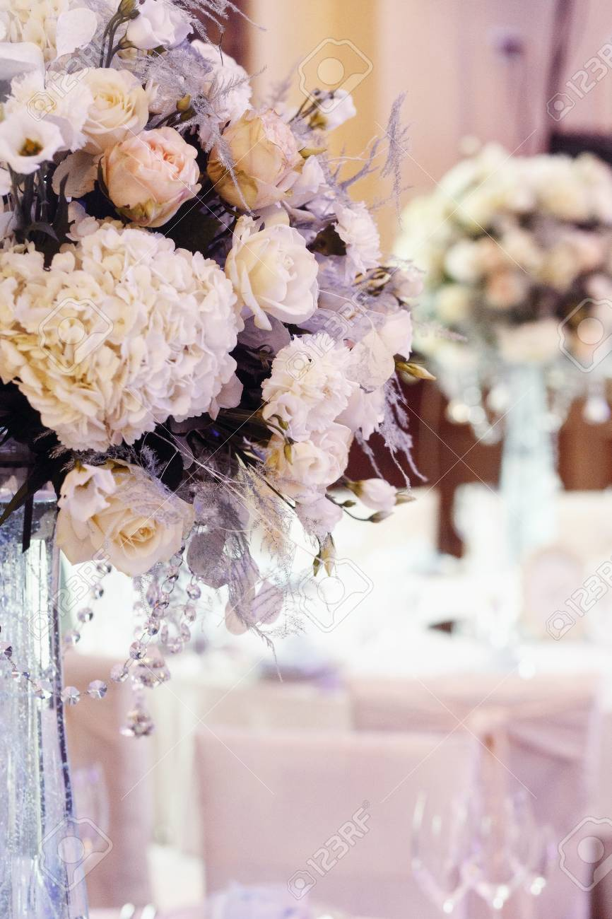 Decoración De Boda De Lujo Con Flores De Rosas Y Hortensias Portarretrato En Jarrones De Cristal Con Joyas Decoraciones De Arreglos En La Recepción