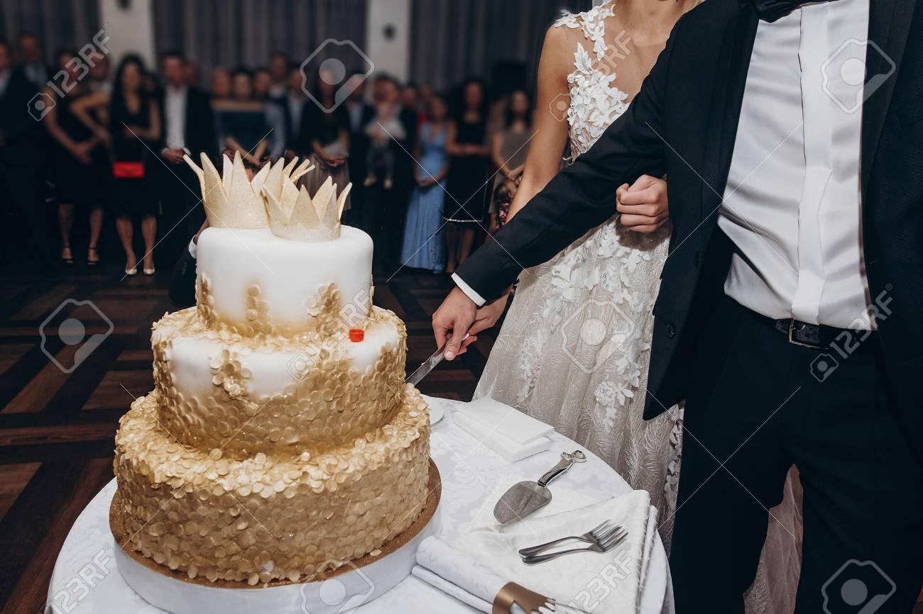 Goldene Hochzeitstorte Braut Und Brautigam Schneiden Ihre Gold