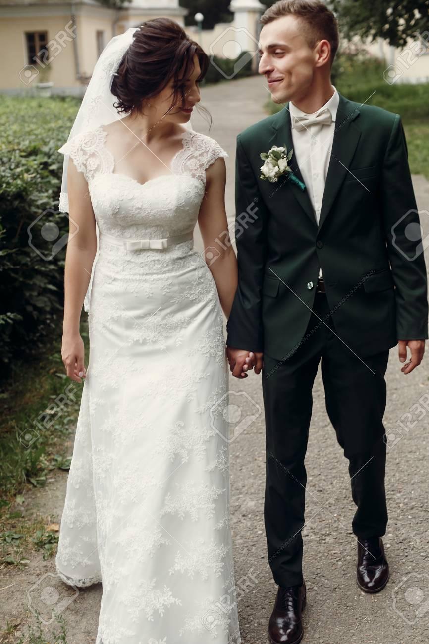ac725f714 Foto de archivo - Pareja romántica de recién casados