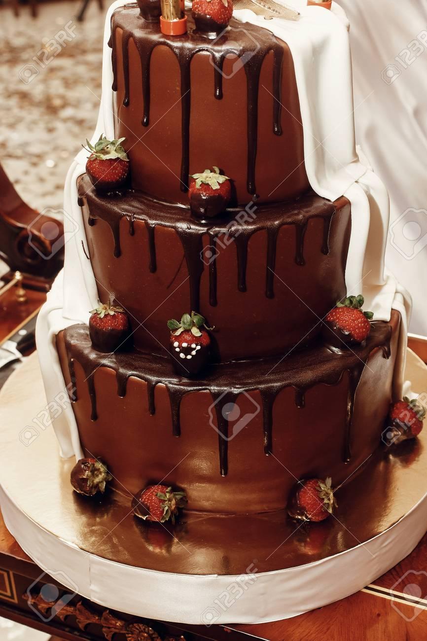 Gâteau De Mariage Grand Délicieux Chocolat Et Gâteau De Mariage Doré Avec Des Fraises Et Des Feux Dartifice Traiteur à La Réception De Mariage Au