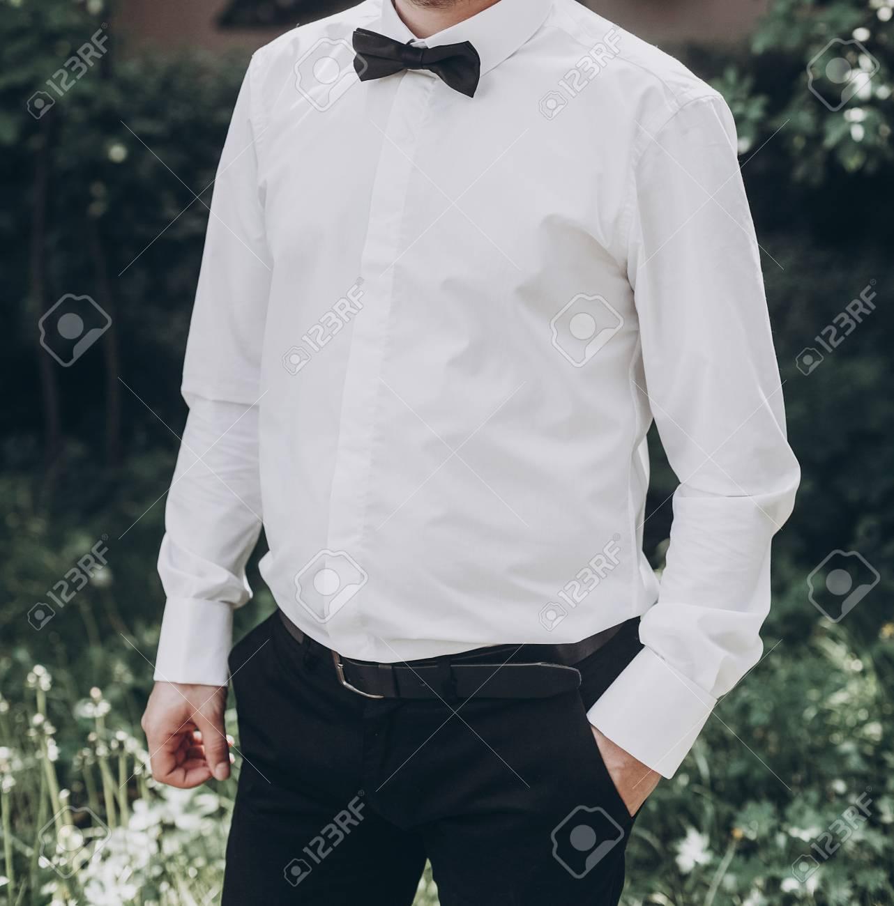 bien connu moins cher design exquis Marié élégant en chemise blanche avec noeud papillon noir. marié de mariage  posant dans le jardin ensoleillé, photo de mariage d'art, moment ...