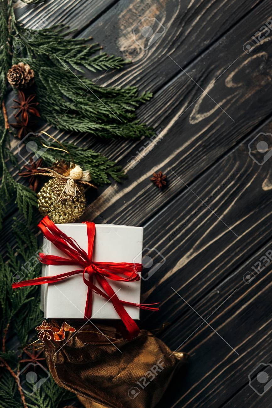 Weihnachtsgeschenke Mit Rotem Band Und Goldenen Verzierungen Auf ...