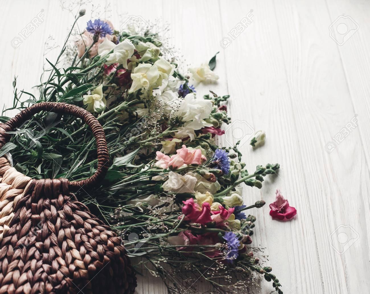 Concepto de jardinería con mujer sujetando bolsa con flores