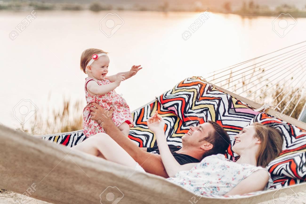 La PlageSouriant Jeune Famille Tenant Avec Et Père Mère Bébé Sur c4Lq5R3Aj