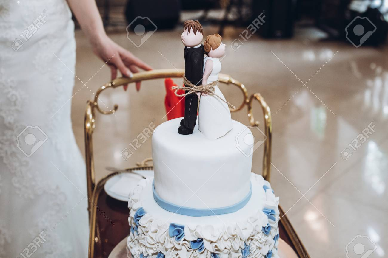 Kostliche Hochzeitstorte Mit Blauen Blumen Und Figurchen Auf Die