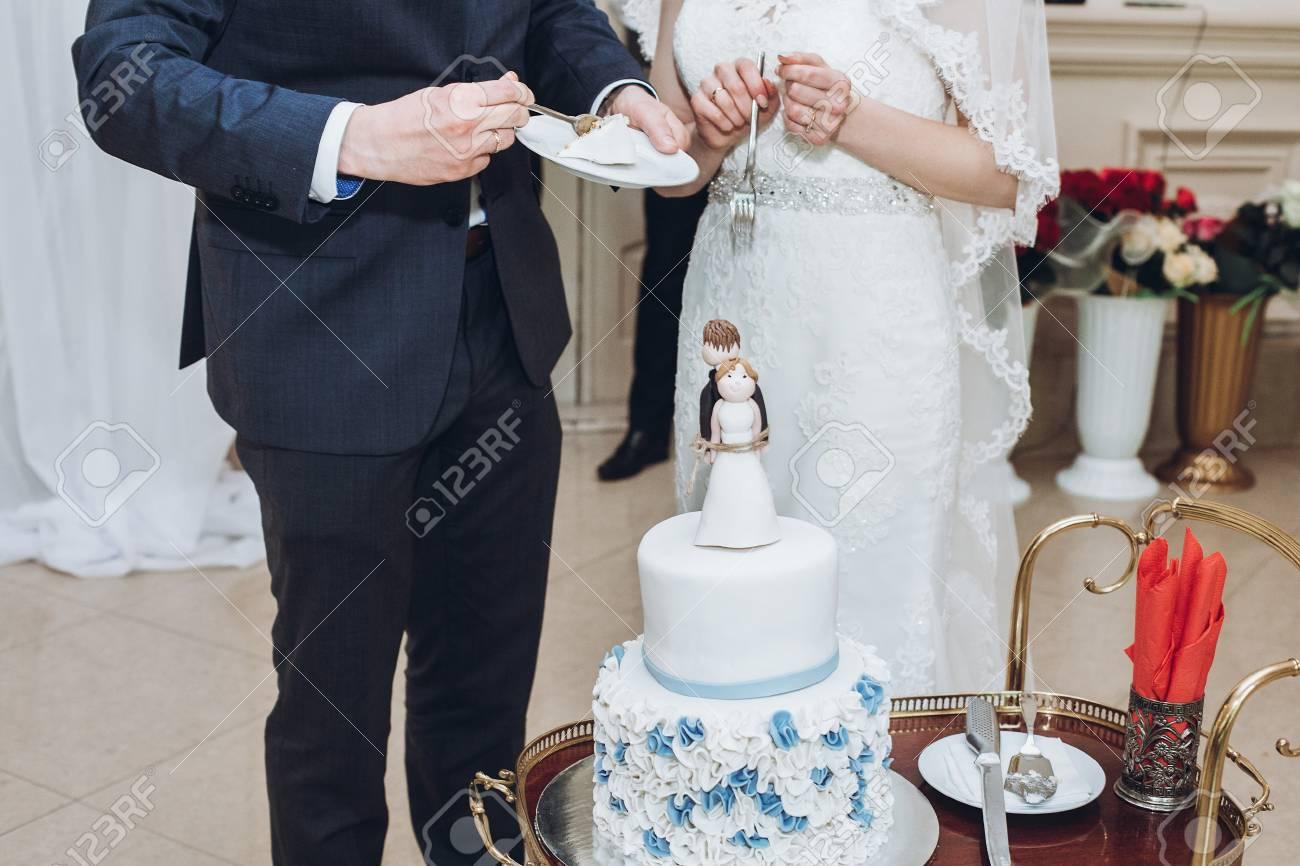 Hochzeitspaare Die Zusammen Kostliche Hochzeitstorte Mit Blauen
