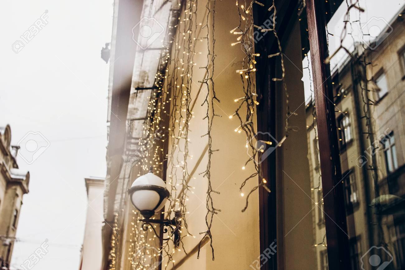 Illuminazione Esterna Natalizia : Decorazione di luci natalizie nelle strade della città innevata