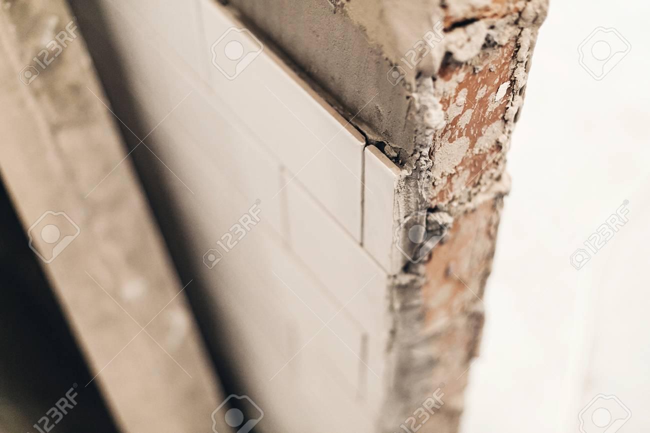 Moderne Weiße Fliesen An Der Wand, Renovierung Konzept. Keramikfliesen Und  Graue Zement Backsteinmauern Im