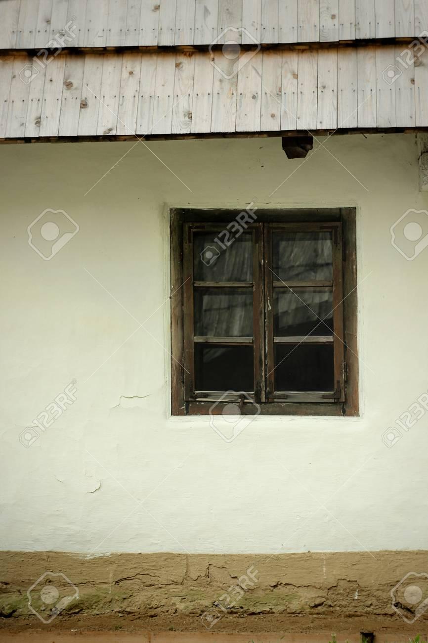 Antigua Casa Ucraniana De Madera Con Paredes De Barro Y Techo De Paja En El Jardín De Verano