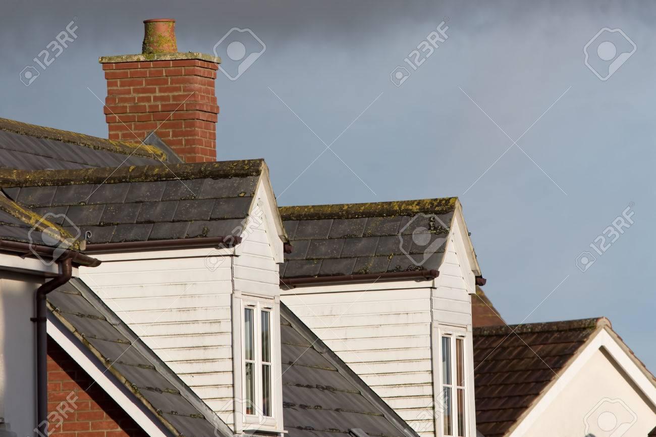 Finestre da tetto abbaino. strutture loft su moderni edifici di case