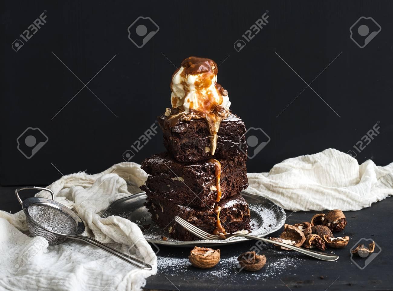 Awesome Fudgy Brownies Turm Mit Gesalzenem Karamell, Walnüssen Und Eis Auf Vintage  Metallplatte. Dunklen Hintergrund