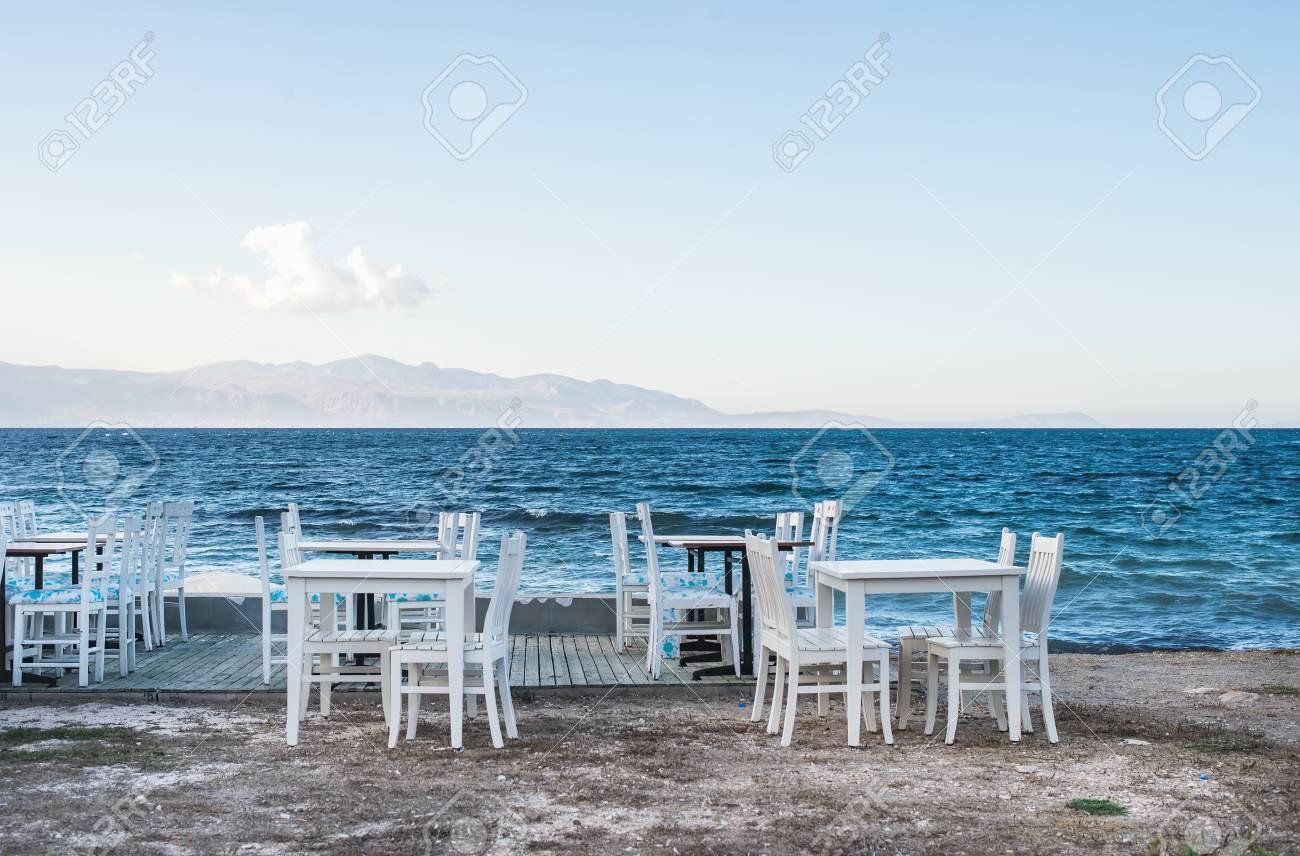 Mar Sedie E Tavoli.Immagini Stock Sedie E Tavoli In Vecchio Caffe Vicino Al Mare