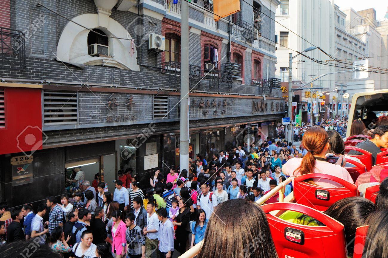Shanghai Es La Ciudad Más Popular En China, Donde Las Calles Y El  Transporte Están Llenas De Personas Fotos, Retratos, Imágenes Y Fotografía  De Archivo Libres De Derecho. Image 29556847.