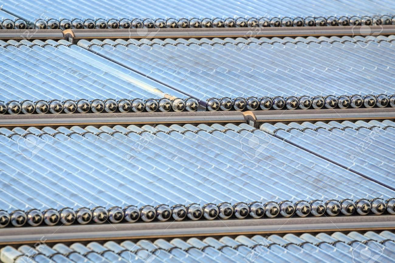 Water zonnepanelen geïnstalleerd op plat dak royalty vrije foto