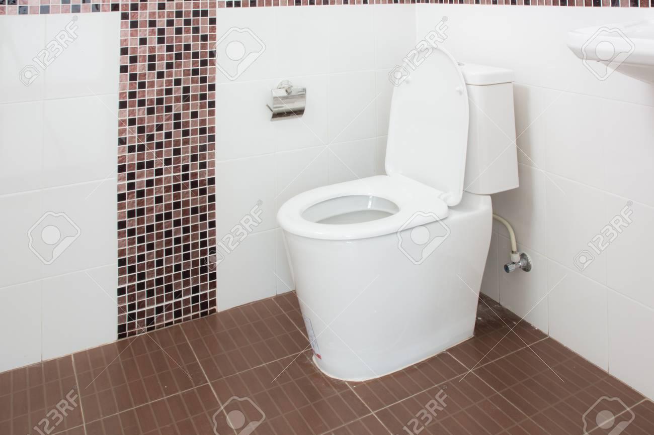 Sanitärkeramik Neue Badezimmer Weiße Toilette Auf Weiß Lizenzfreie ...