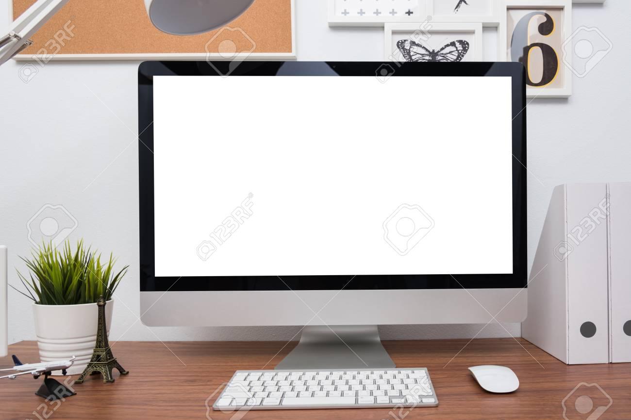 Moniteur ordinateur pc pc dans la maison ou studio sur le bureau en