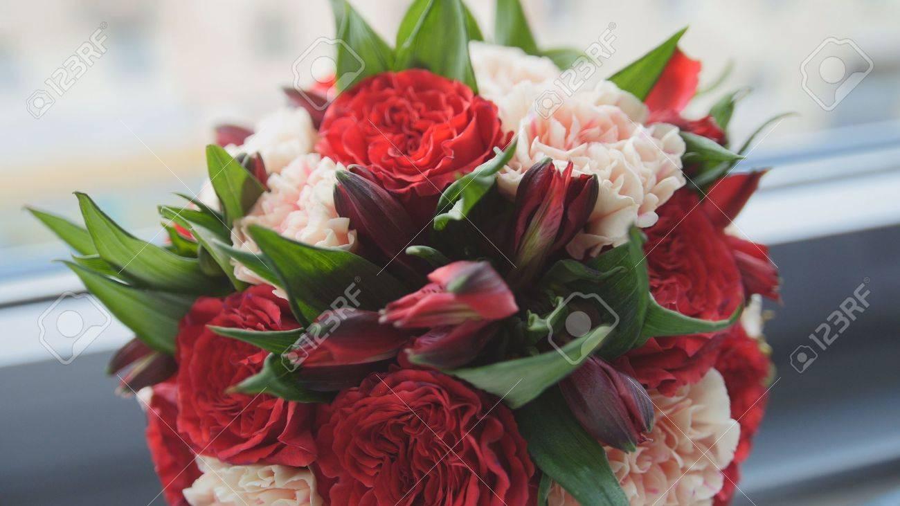 Bunte Rot Und Grun Hochzeit Blumen Brautstrauss Am Fenster