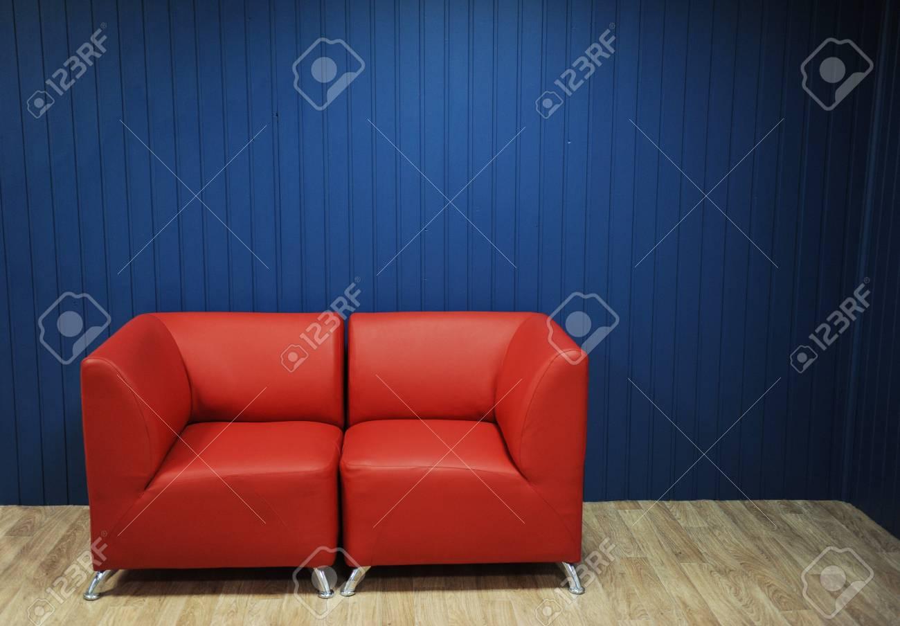 Divano in pelle rossa su uno sfondo di pareti blu. Interni moderni Texture  per il design