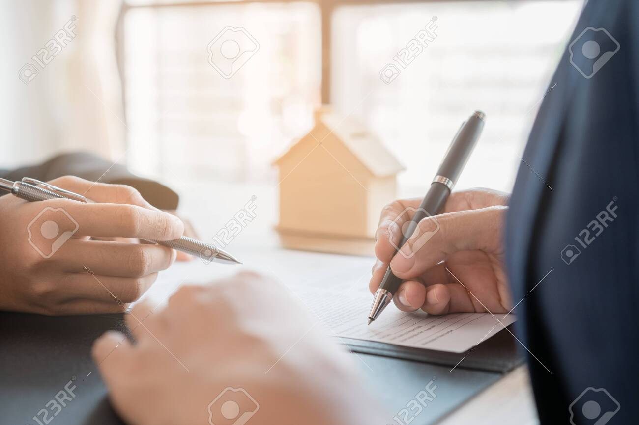Salesmen are letting the woman customers sign the sales contract, Asian women and female are doing business in the office, Business concept and contract signing - 149206607