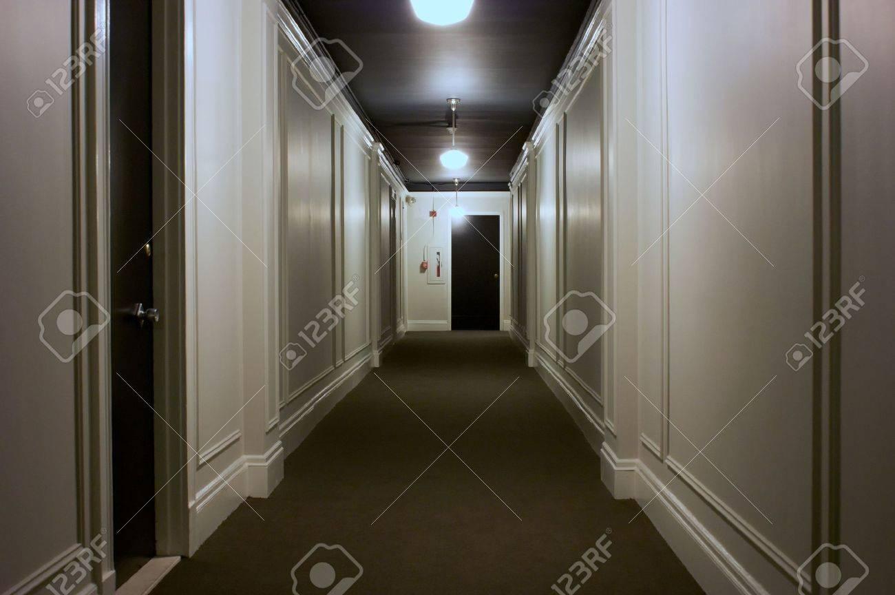 Einzigartig Teppich Flur Referenz Von Interieur Lange Anzeigen Türen, Beleuchtung, Decke, Standard-bild