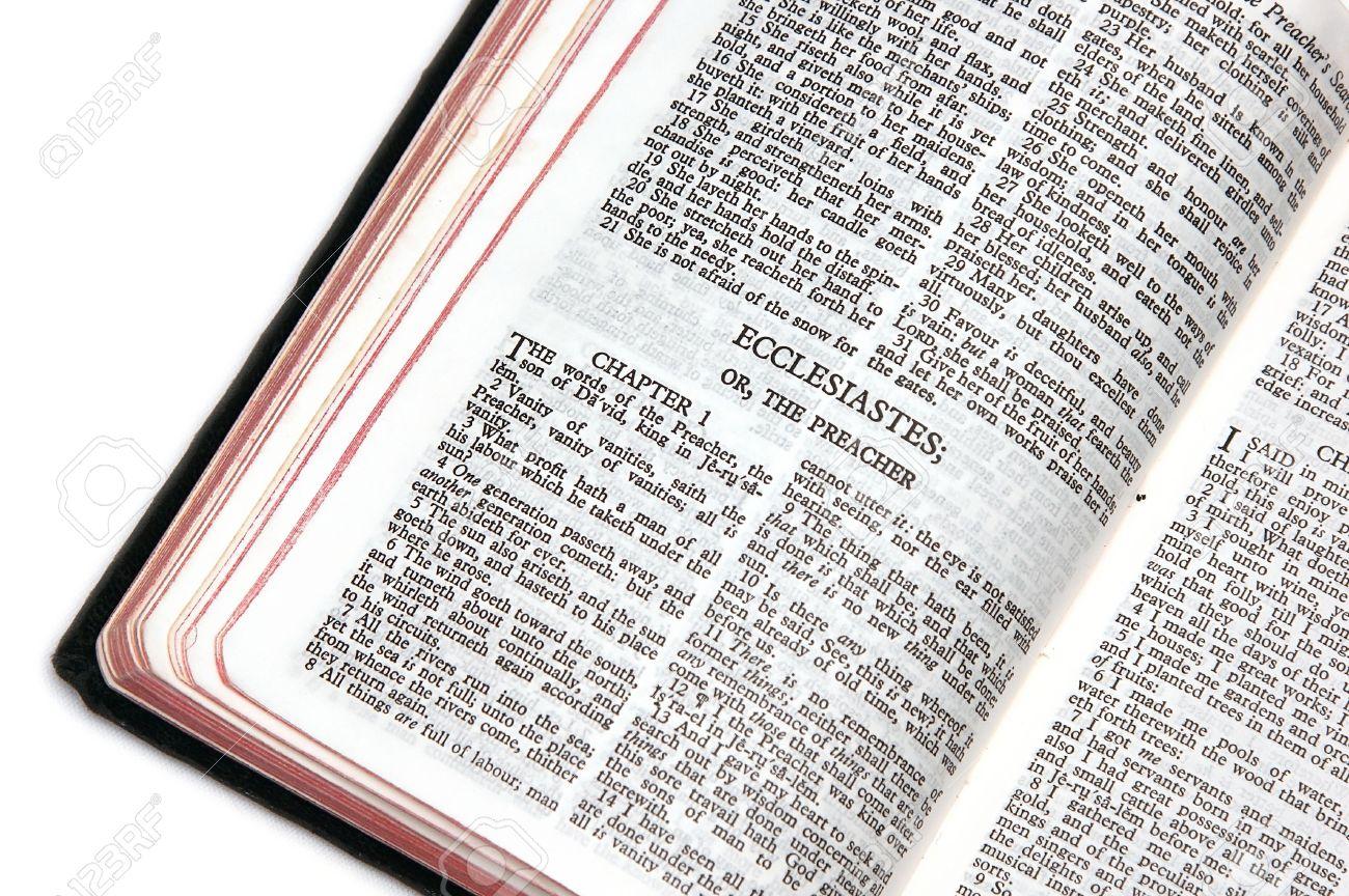 Santa Biblia Abierta En El Libro De Eclesiastés O El Predicador