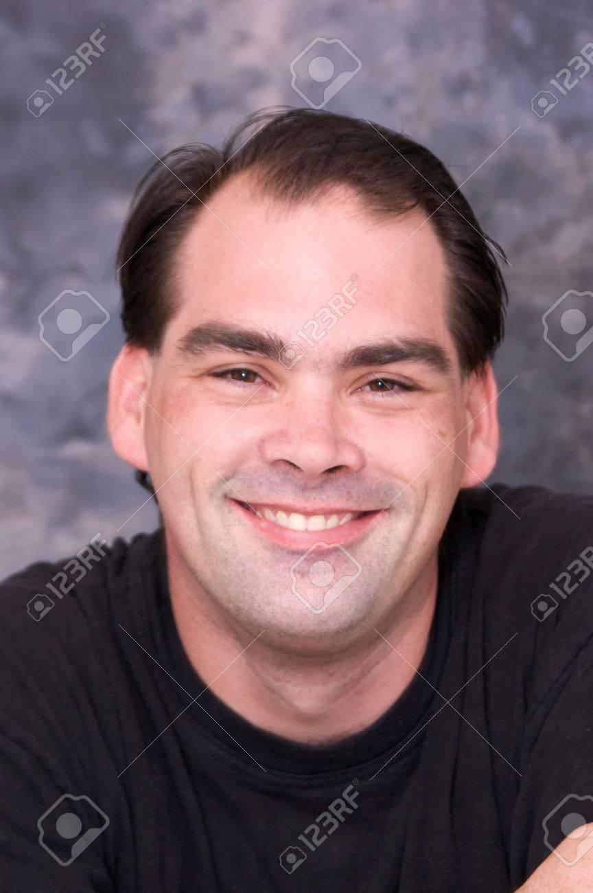 Mannlich braune haare und braune augen