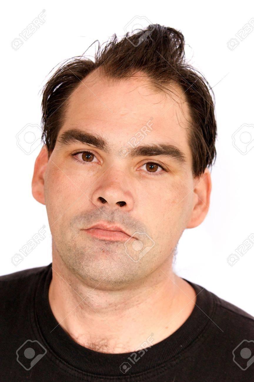Un Hombre De Aspecto Serio Con Un Corte De Pelo Mala Esta Mirando - Cortar-pelo-hombre