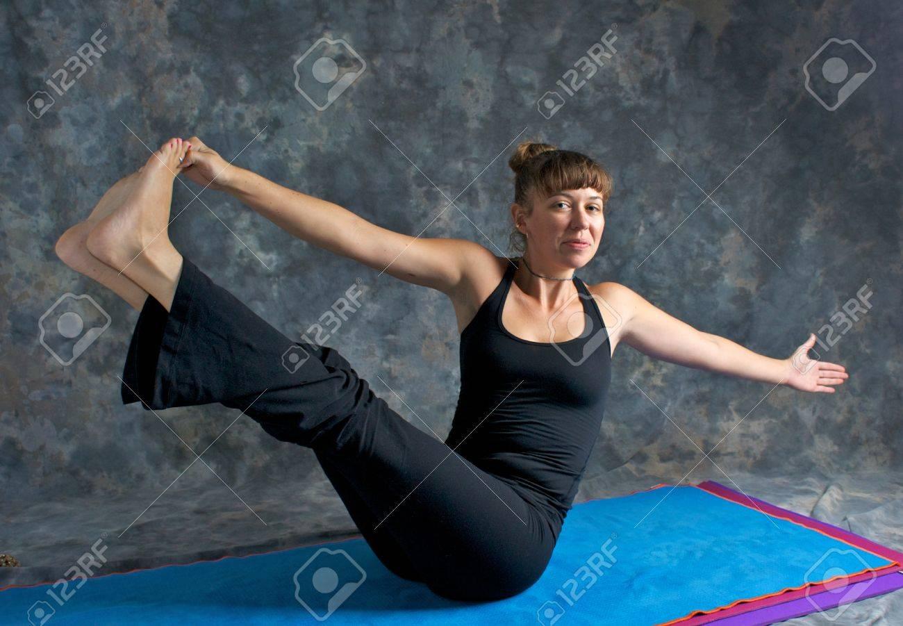 Eine Braune Kurzhaarige Caucasian Frau Lächelt Tun Yoga Übung ...