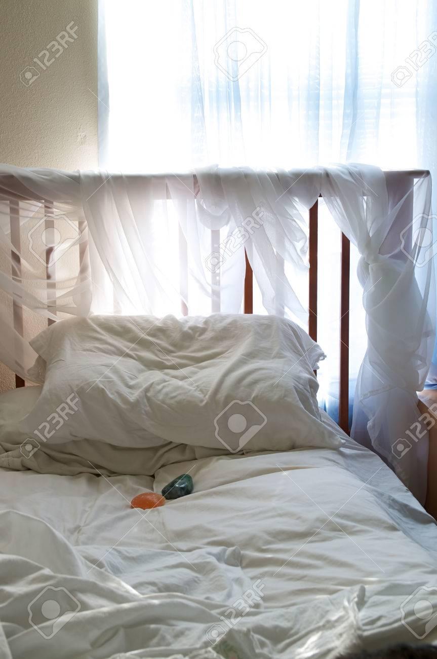 Ein Einfaches Schlafzimmer Unter Umgebungslicht Aus Dem Fenster ...