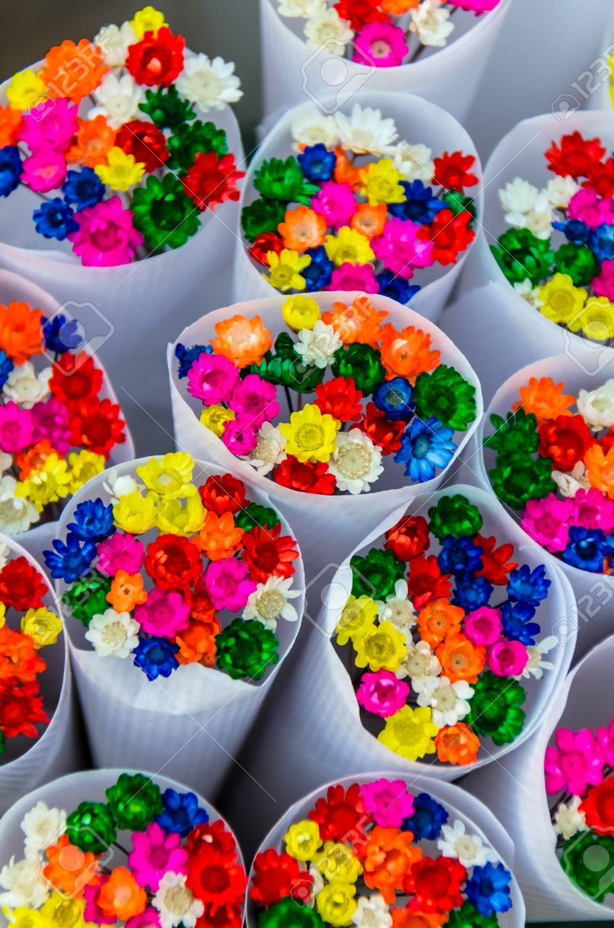 Schone Kleine Weisse Blumenstrausse Mit Kleinen Bunten Blumen