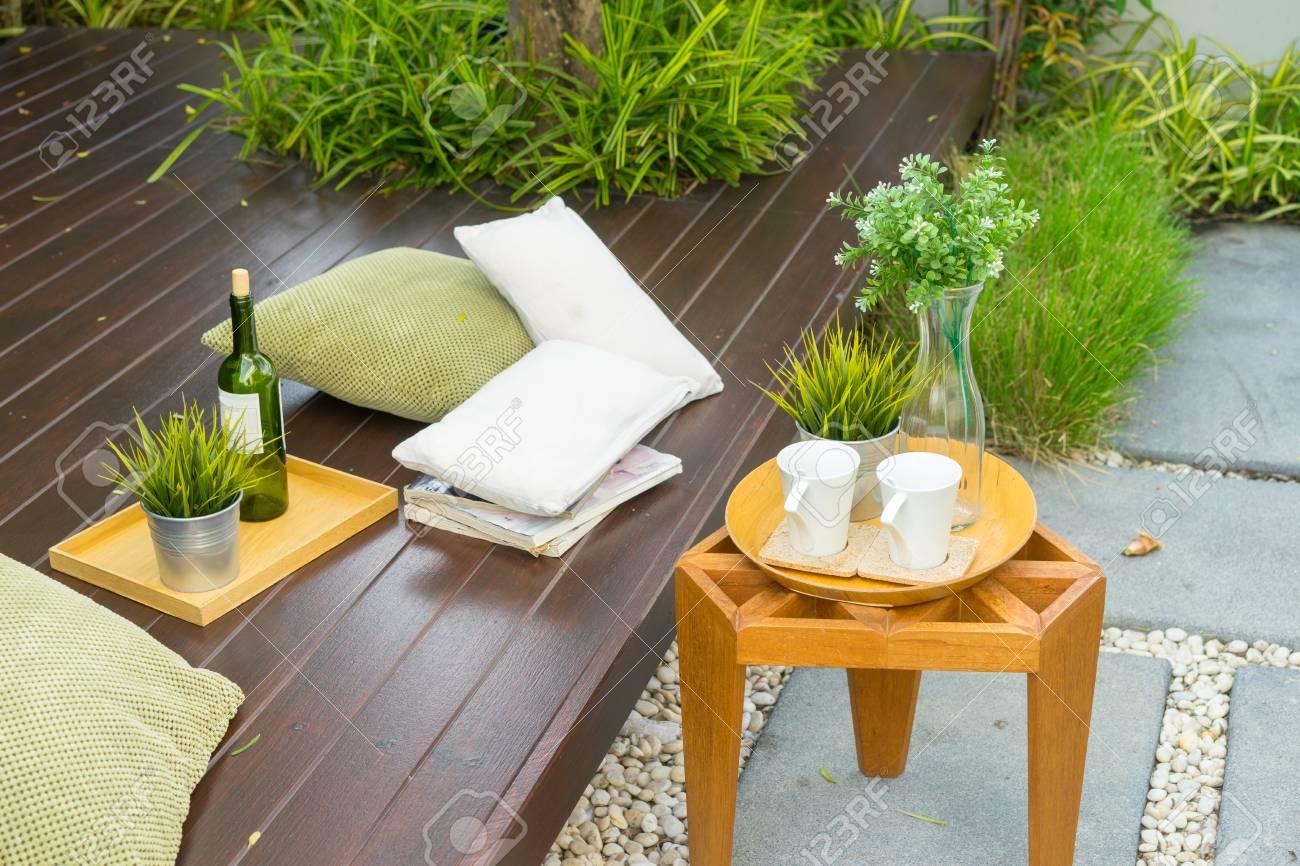 Taza Maceta Y Una Almohada En Los Muebles De Madera En Terraza En El Jardín