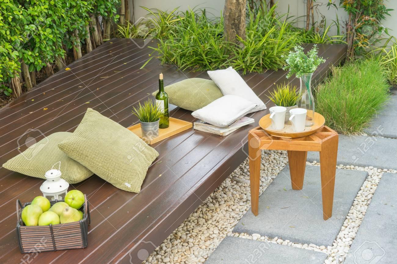 Taza Maceta Y Almohada En Muebles De Madera En Terraza Jardín