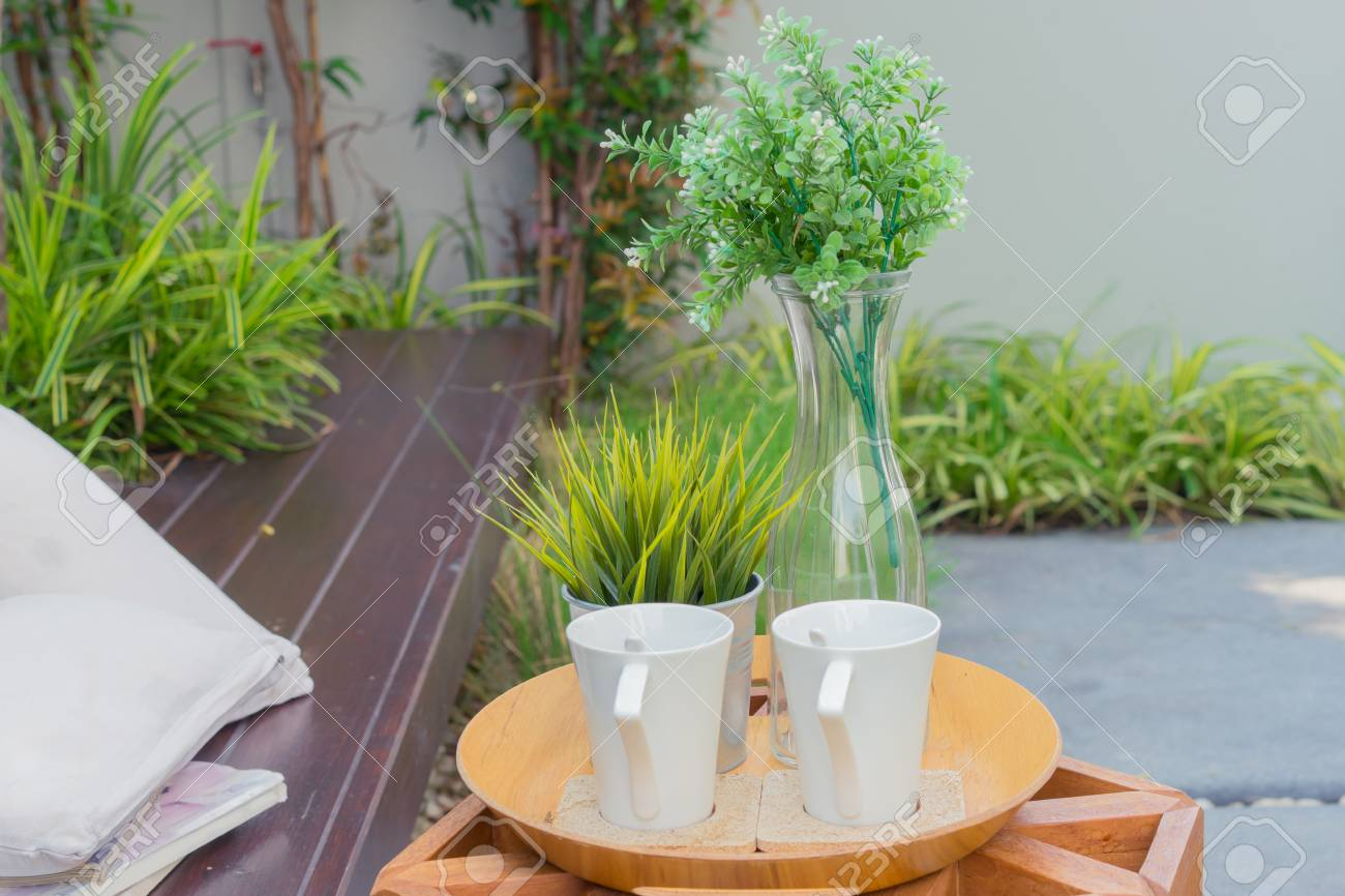 Tazza Vaso Di Fiori Su Mobili In Legno In Terrazza Con Giardino
