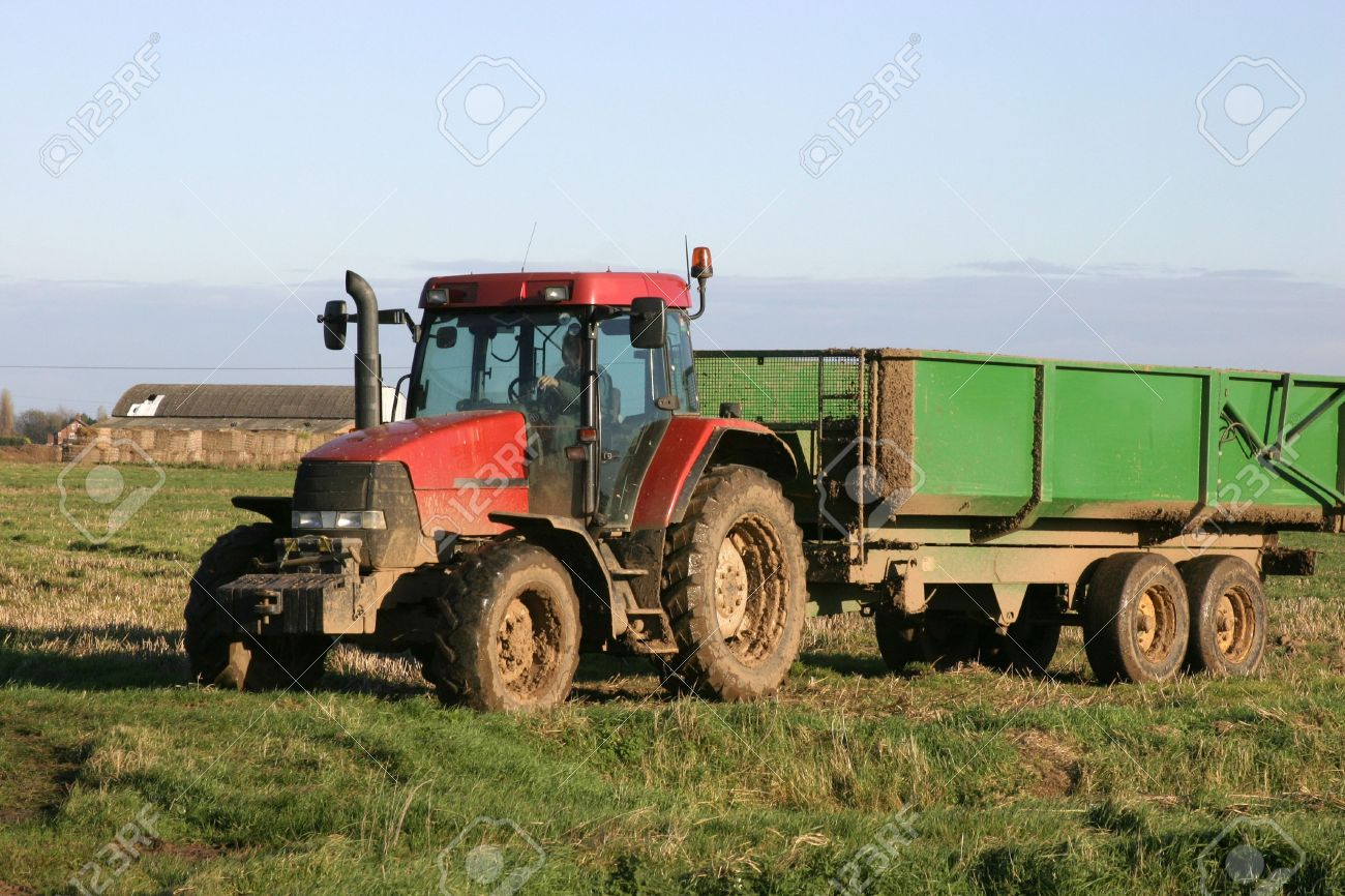 banque dimages tracteur et la remorque sur la ferme