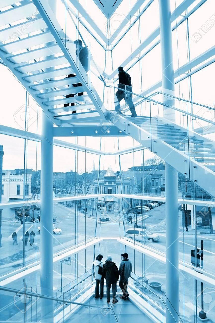 Interieur Eines Modernen Glas-Gebäude Mit Blick Auf Eine Historische ...