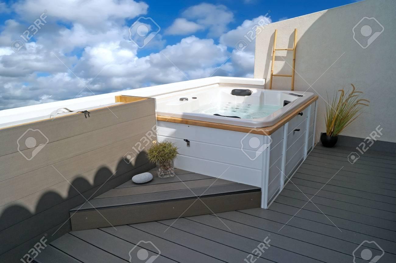 Populaire Jacuzzi Blanc Sur Composite Bois-plastique (WPC) Intégré Terrasse  AP74