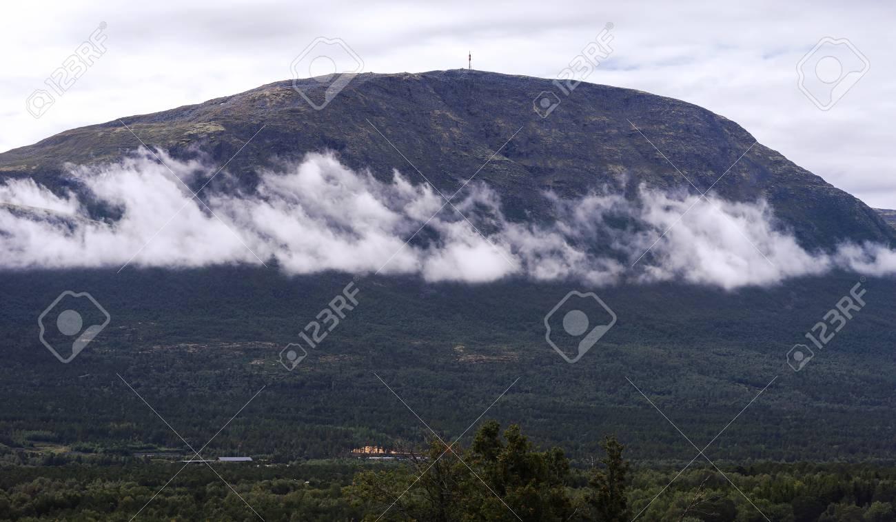 Paesaggio Orizzontale Di Montagna Con Sfondo Nubi Hd Foto Royalty
