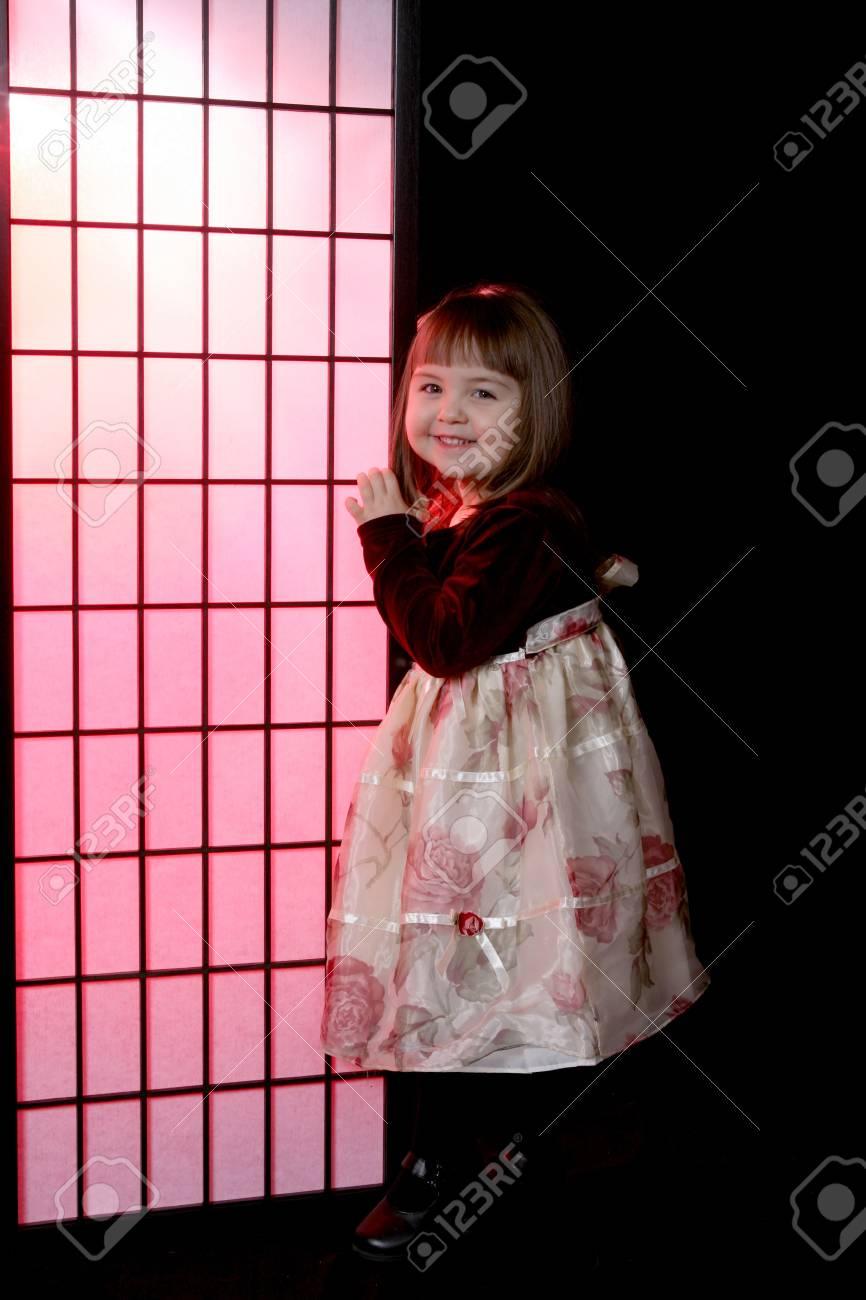 Pr?ty Kleine Mädchen Mit Blumen In Der Partei Und Kleid Neben Rosa ...