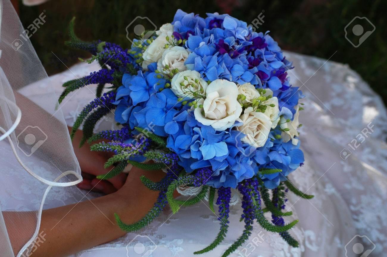 Eine Braut Sitzt Auf Einem Stuhl Halten Einen Hochzeitsstrauss Blau