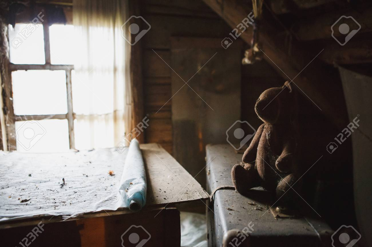 Granero En Juguetes Antiguo Antiguos Abandonados Madera Ático De Y Artículos Del El by6gfYv7