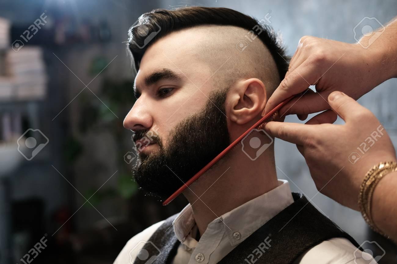 Superbe Le Coiffeur à Lunettes Coupe Et Rase Une Barbe Au Jeune Bel Homme &EI_99