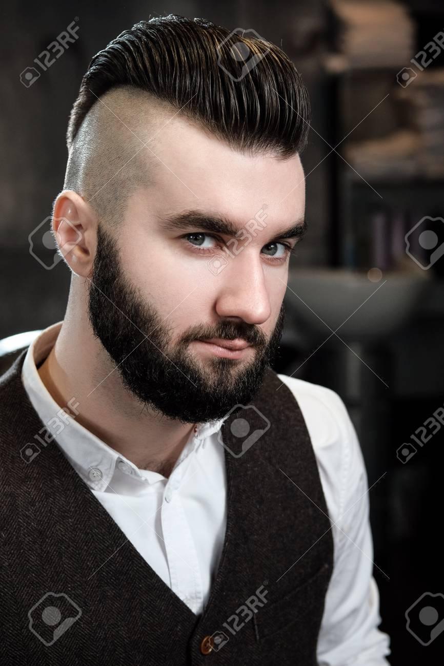 Complètement et à l'extrême Le Coiffeur à Lunettes Coupe Et Rase Une Barbe Au Jeune Bel Homme &AC_22