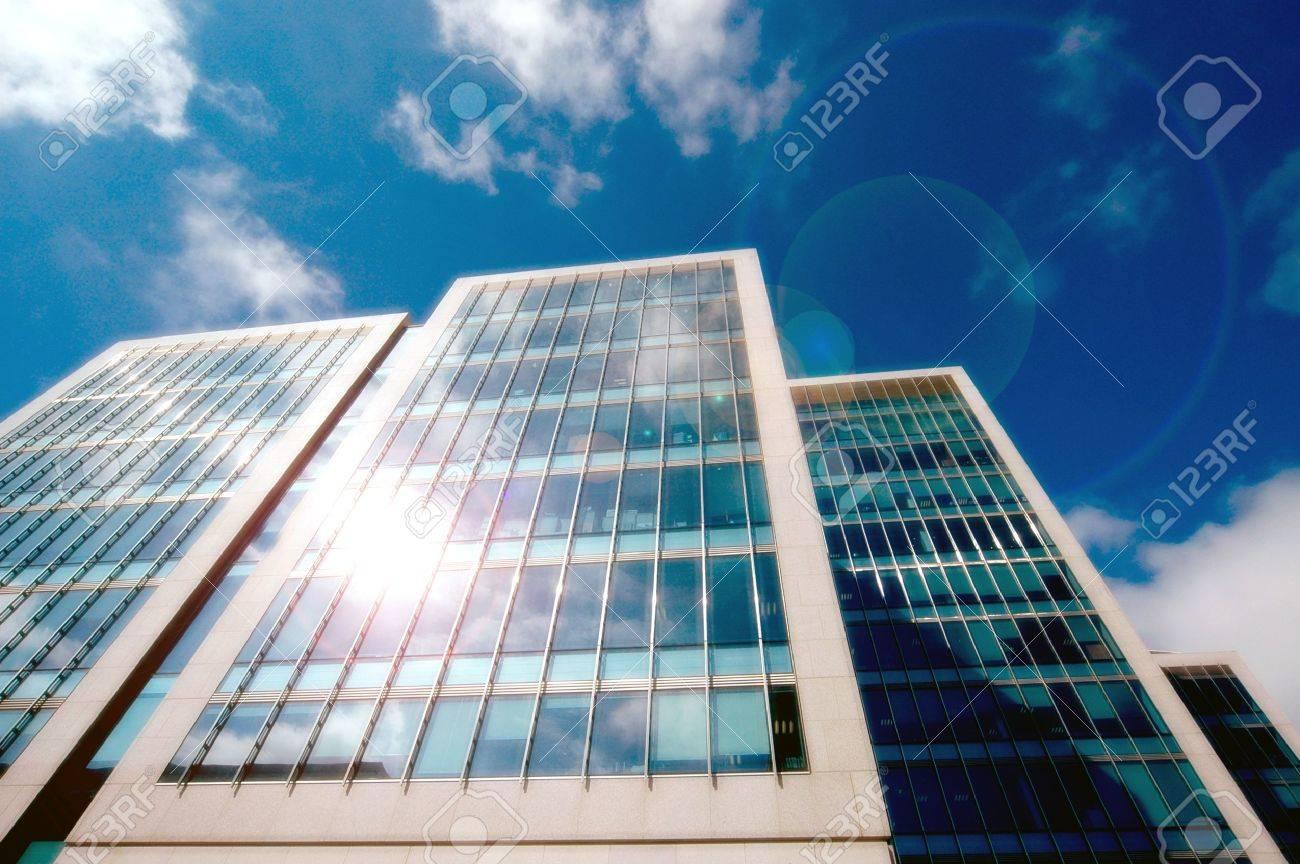 Außenfassade der modernen Bürogebäuden. Standard-Bild - 3393307